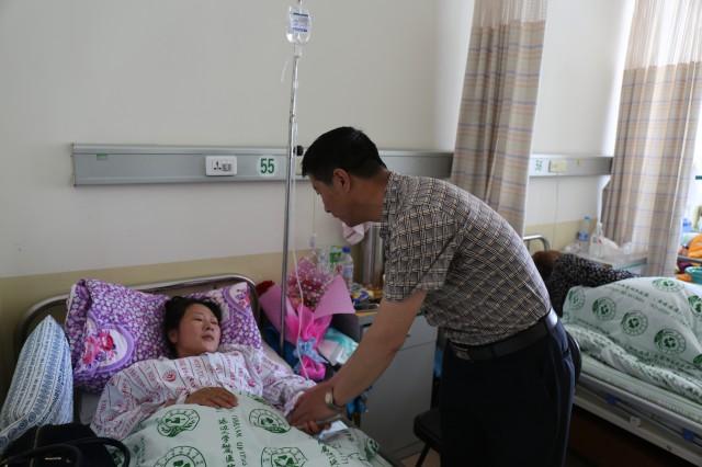 人间大爱 图文:李清骐 5月16日,对于刘馥榕和刘馥琳本是一个快乐的礼拜天,但是这天在老刘家却发生了灾难性的重创。 在大石头林业局迎宾社区,36岁的刘汉东和妻子筹钱开了一家小手工馒头部。5月16日晚,由于家中煤气罐泄漏,刘汉东一家五口人全部中毒。除他的母亲被发现时已身亡外,刘汉东本人和妻子、两个女儿也都入院抢救。目前,刘汉东的妻子因一氧化碳中毒导致脑部损伤严重,将转至神经科治疗,大女儿也从高压氧治疗室治疗归来,精神状态较好,医生告诉家属,刘馥榕可以出院了,刘汉东和小女儿两人仍在重症监护室中治疗,小女儿在在